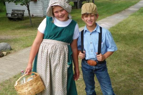 Kids in pioneer clothing